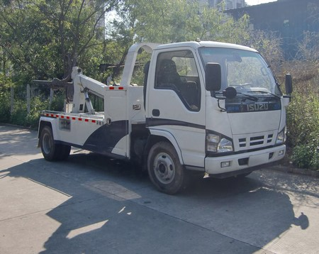 Isuzu mini utility truck wrecker towing vehicle