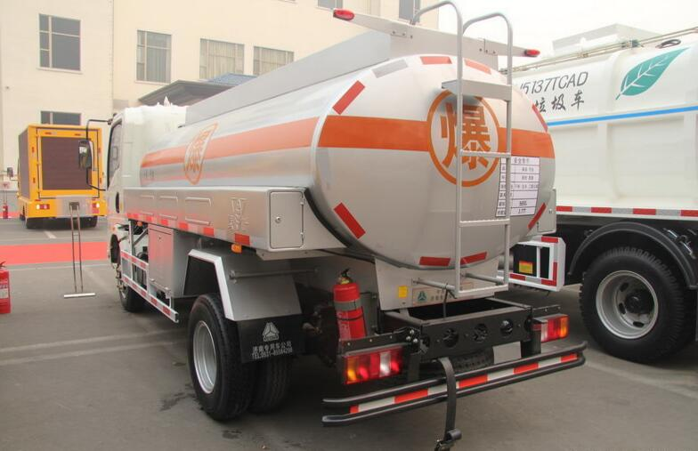Africa Sinotruk HOWO Fuel Tank Trailer Truck for Oil Delivery