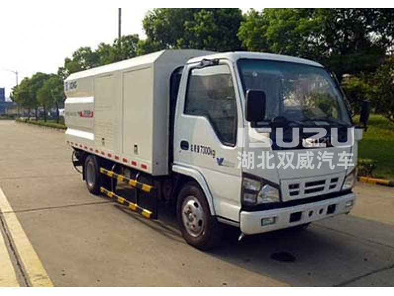 Isuzu brand high pressure Guardrail cleaning truck