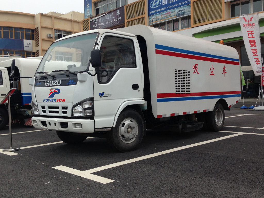 Dubai clients build ISUZU road sweeper truck for public street cleaning for sale