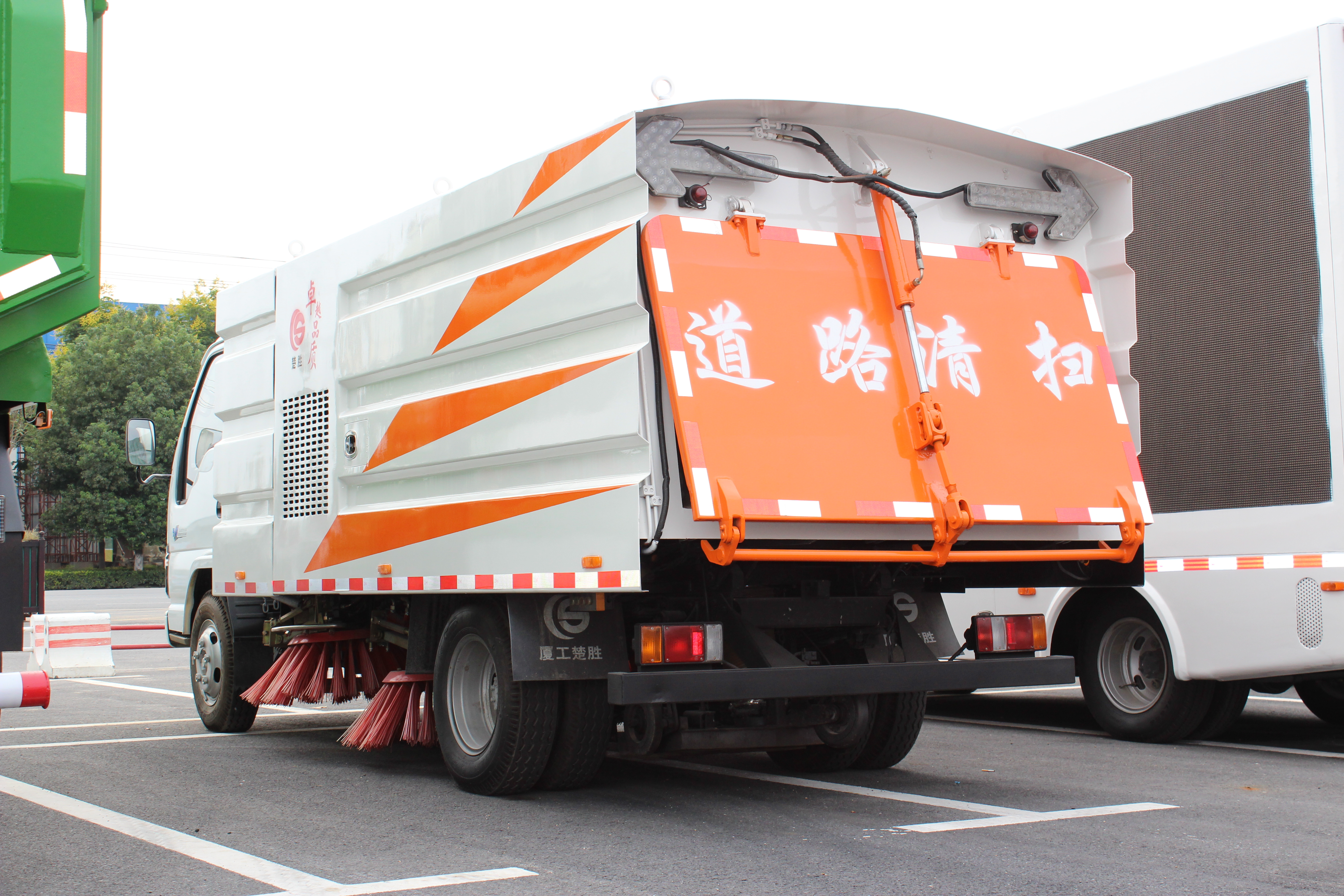 Isuzu Vaccum road sweeper dust suction truck
